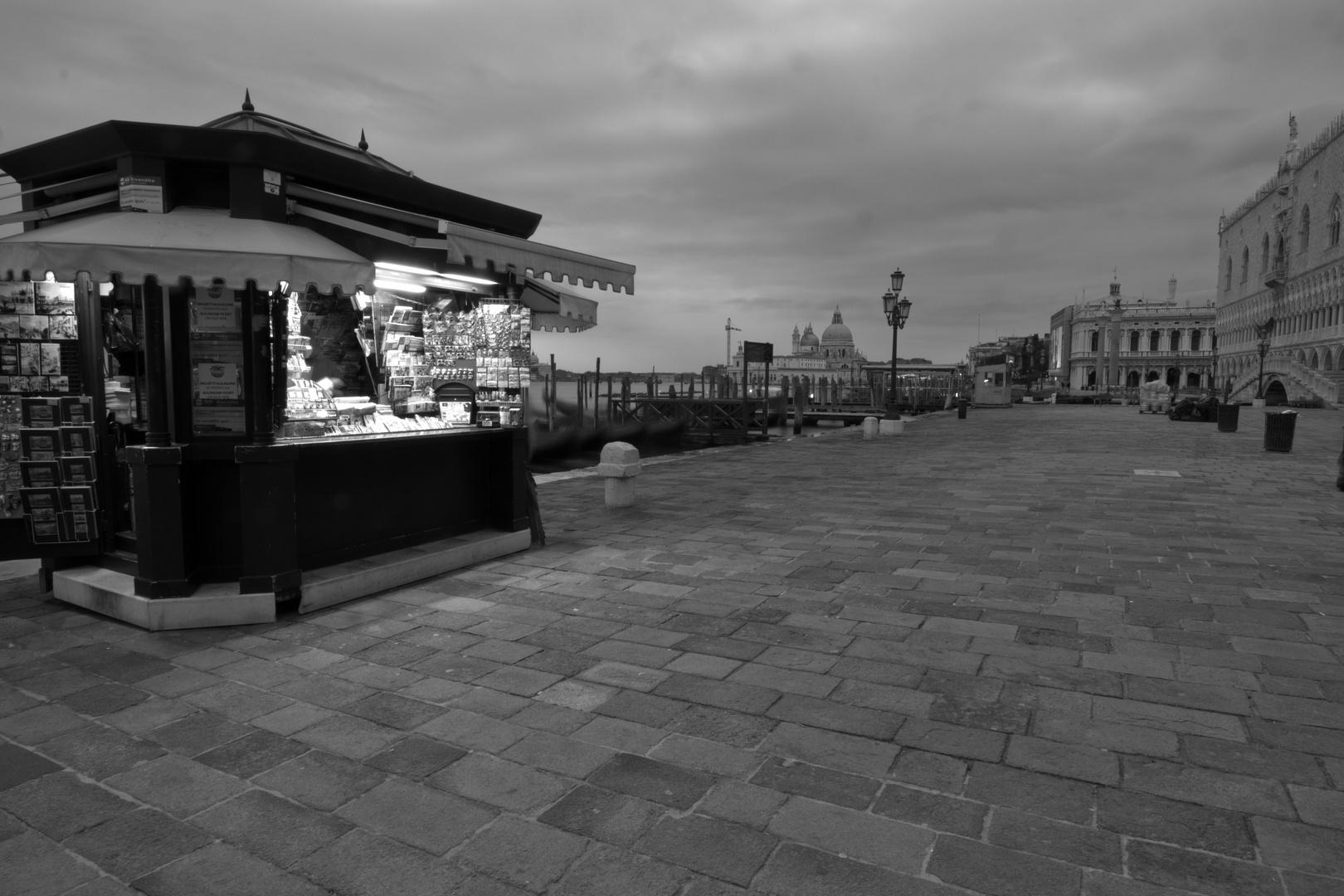 Die Ruhe vor dem Sturm.. Südufer des Piazza San Marco um kurz vor sieben
