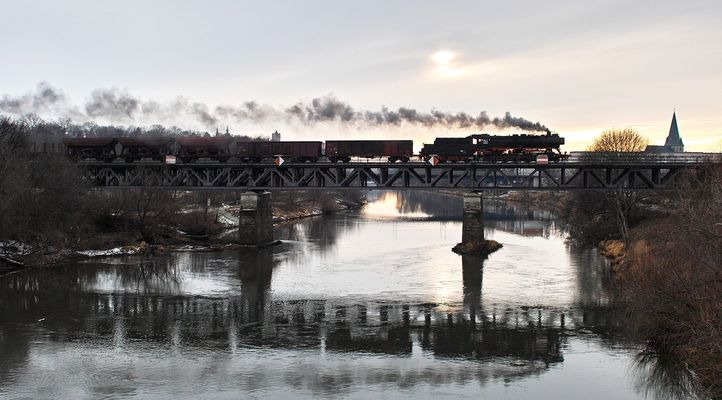 Die Saale Brücke bei Bernburg ...