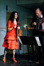 die Sängerin in dem roten Kleid