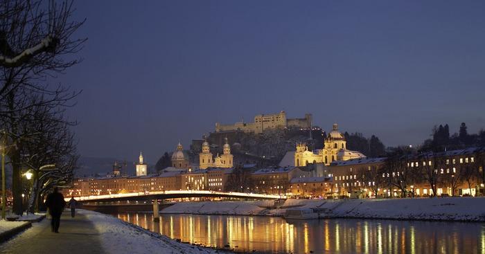 Die Salzburger Altstadt in der Dämmerung