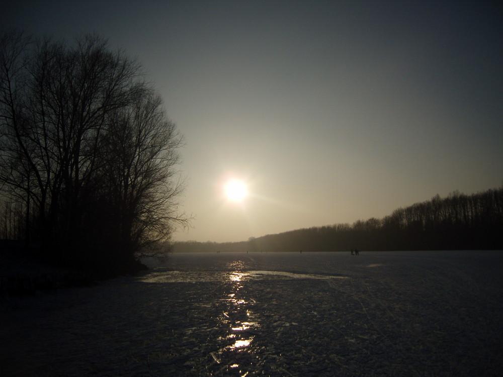 die scheinbare Endlosigkeit eines zugefrorenen Sees