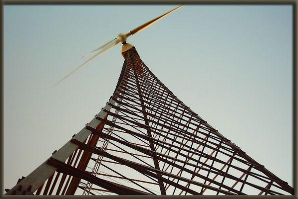 Die schiefe Windmühle vom Ackerland