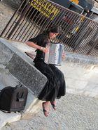 Die schöne Akkordeonistin in Süd-Frankreich