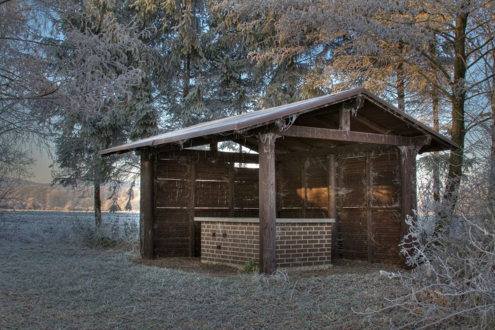 Die schöne Hütte am See geschmückt mit eiskalten Spinnenweben;-)