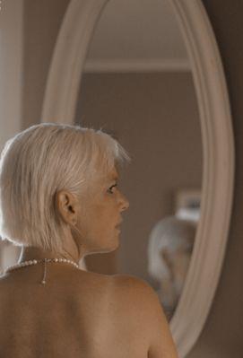 Die Schöne im Spiegel