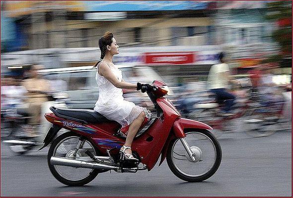 Die Schöne und das Moped