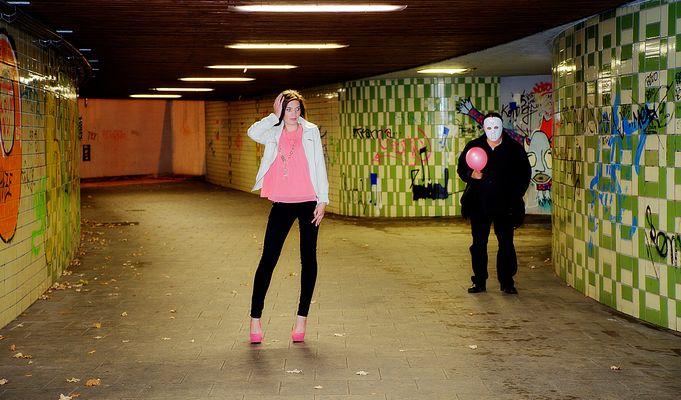 Die Schöne und der Typ mit dem rosa Lufballon