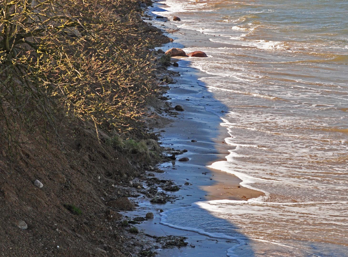 Die See nagt an der Küste