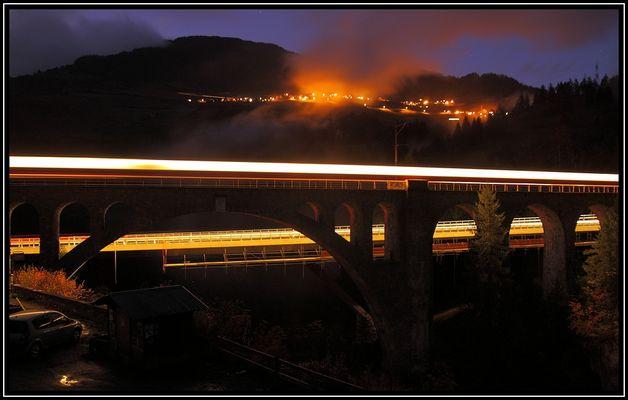 Die Solisbrücken beleuchtet von ihren Benützern