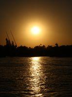 Die Sonne geht über dem Nil unter
