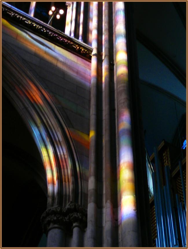 """Die Sonne scheint durch das """"Richterfenster"""" in den Kölner Dom I"""