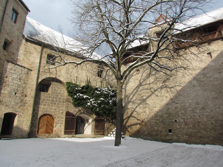 Die Sonne scheint in den Burghof der Burg zu Burghausen