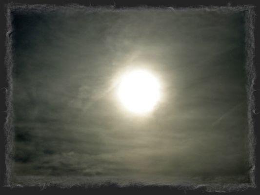 Die Sonne verschwindet hinter einer dunklen Wolkenfront