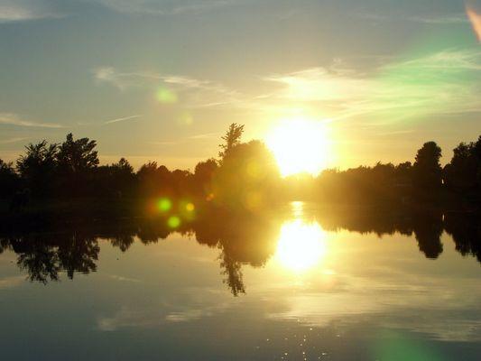 Die Sonne versinkt im Fluß