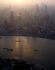 Die Sonne versinkt im Smog von Shanghai ... gesehen vom Oriental Pearl Tower
