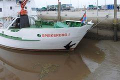 Die Spiekeroog-Fähre steckt am Bug im Hafenschlick von Neuharlingersiel bei Niedrigwasser