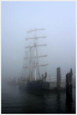 Die SS Thalassa im nebligen Hamburg
