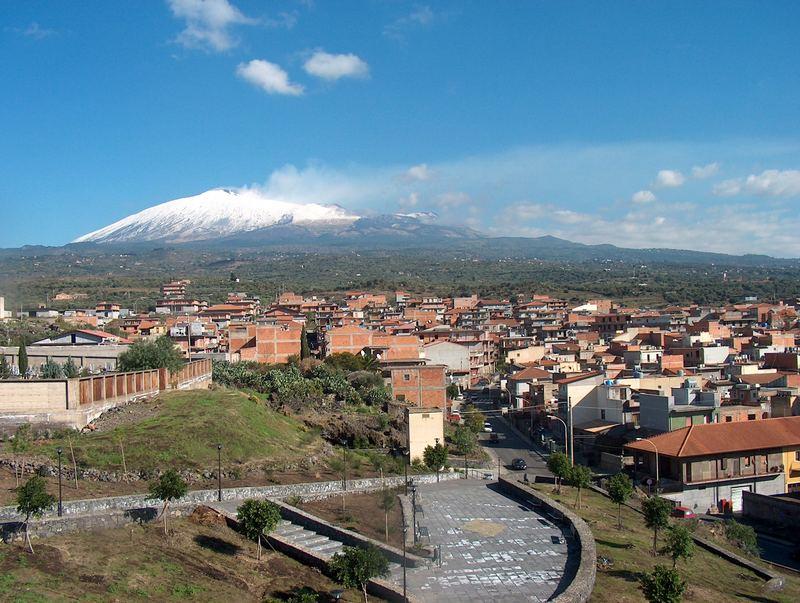 Die Stadt Biancavilla am Fuße des Ätna