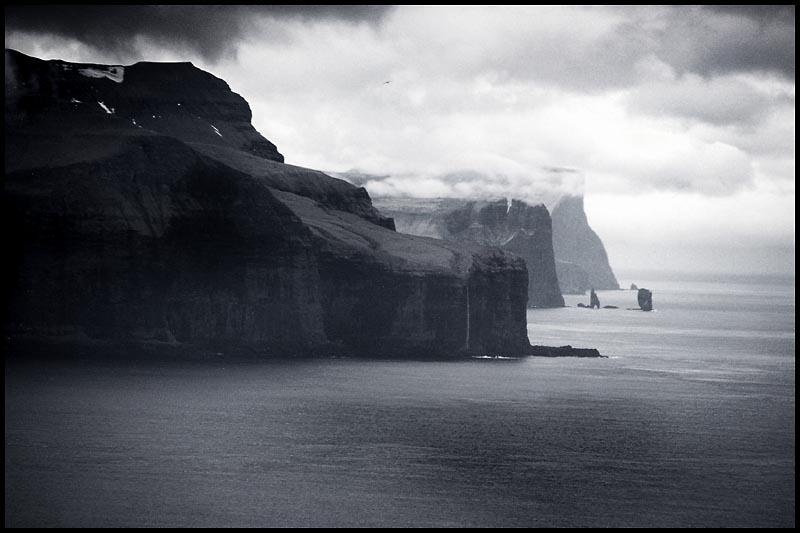 Die Steilküsten von Eysturoy mit Blick auf Risin und Kellingin / Faeroer