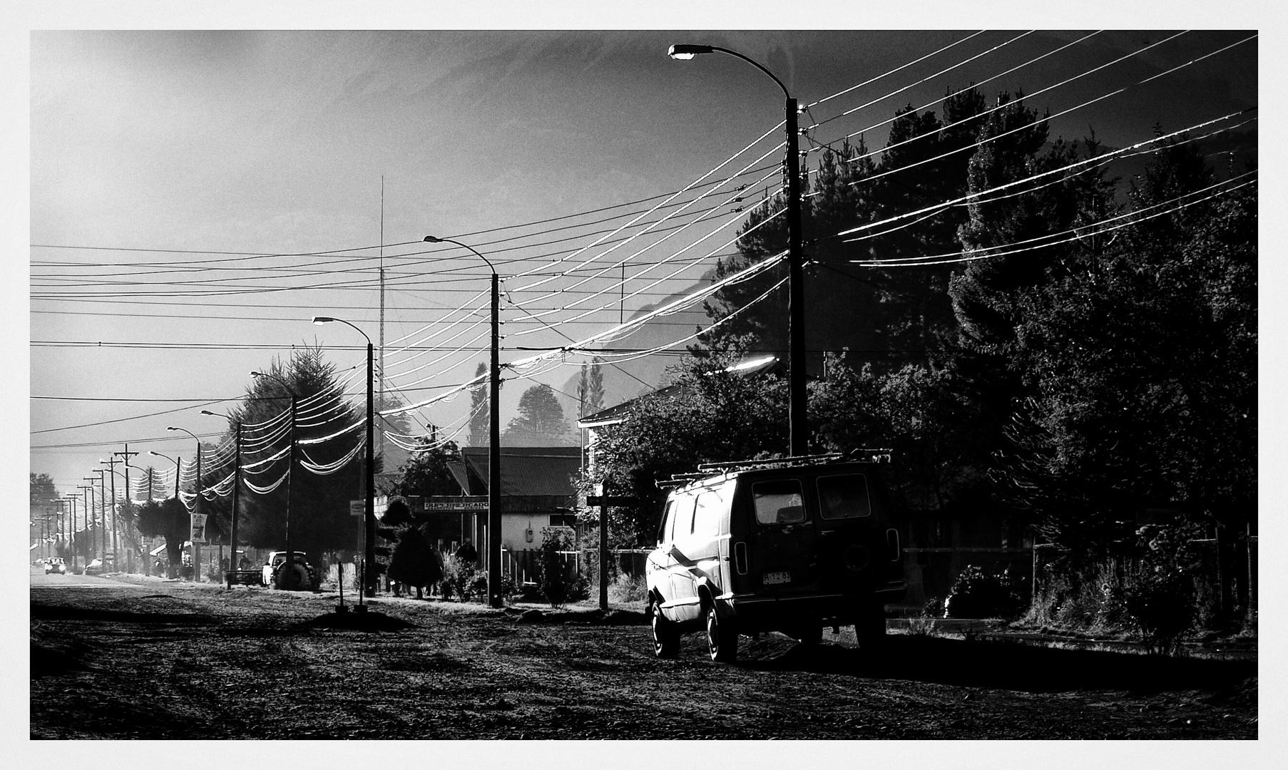Die Straße am Morgen mit dem Auto ...