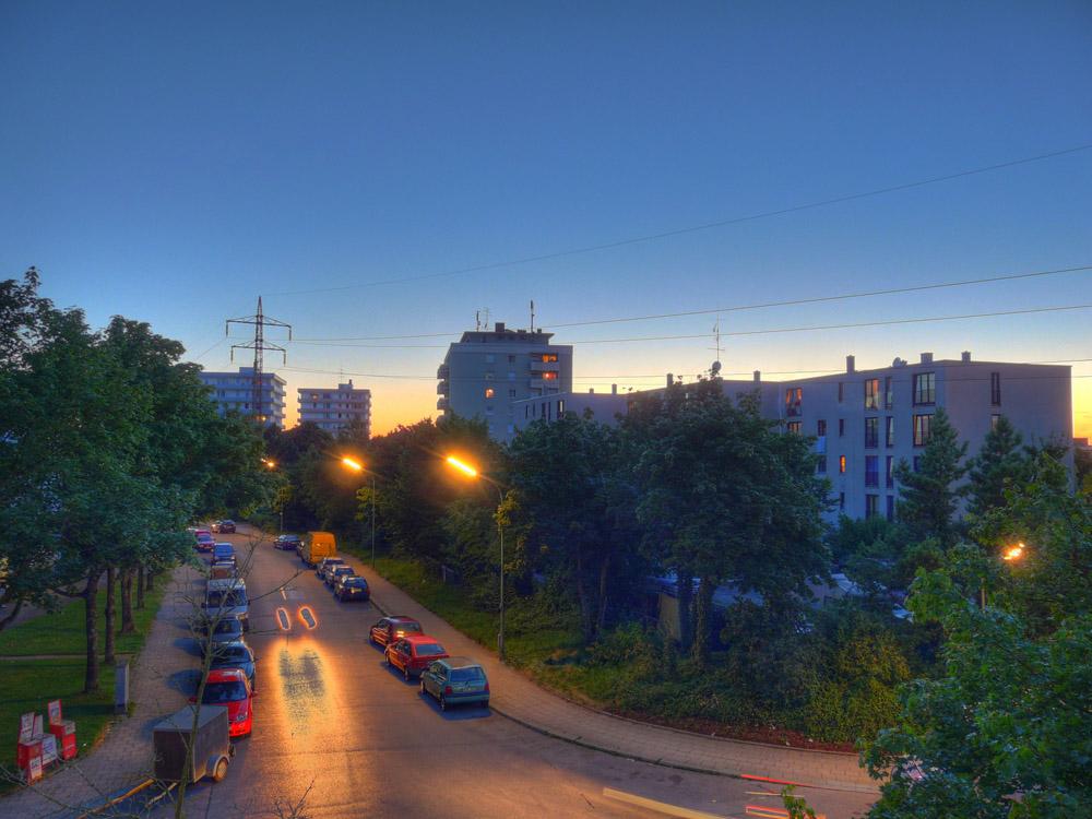 Die Straße vor dem Haus um 21 Uhr