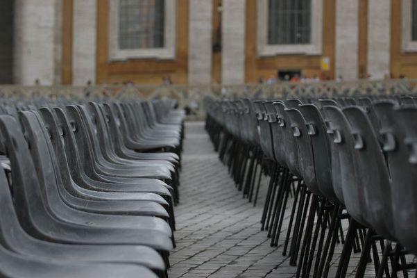 Die Stühle vor dem Petersdom