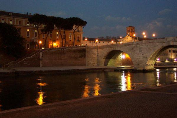 Die Tiber-Insel bei Nacht
