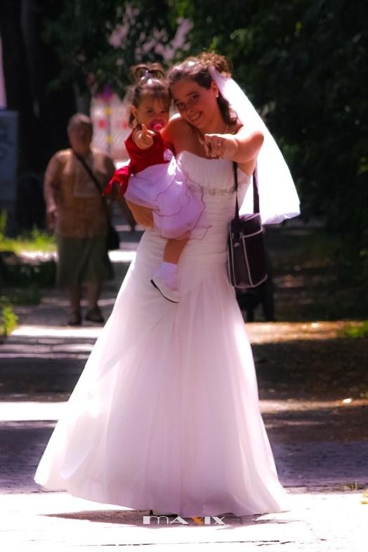 Die Tochter der Braut mit der Mama
