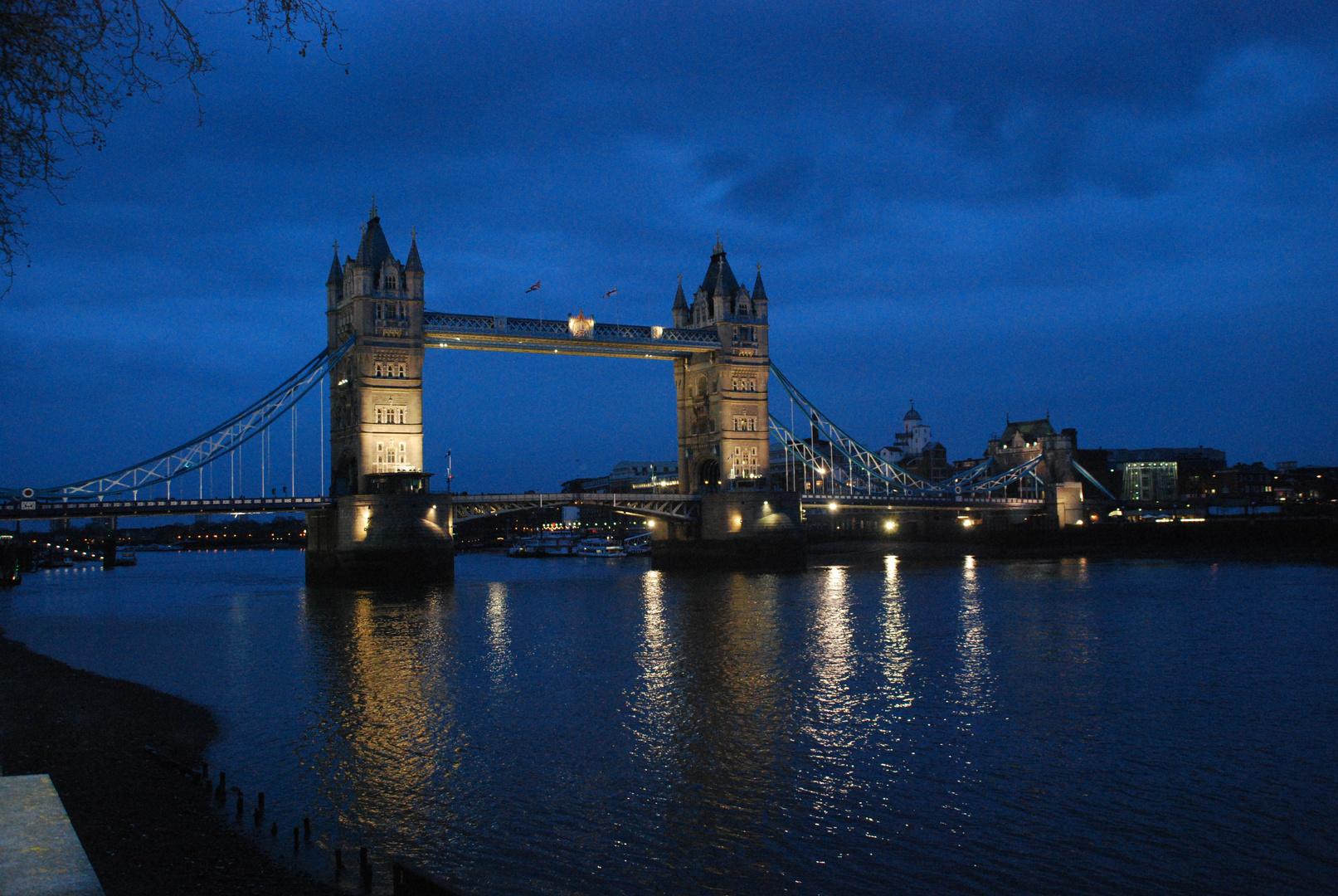 Die Tower Bridge am frühen Abend