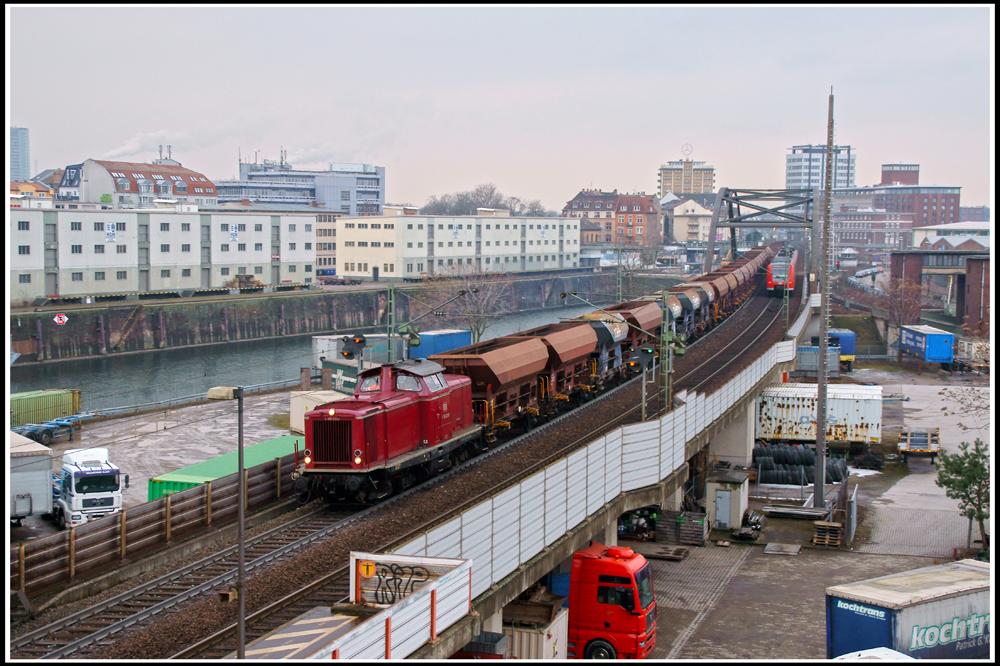 Die Vulkan-Eifel-Bahn über dem Mannheimer Handelshafen