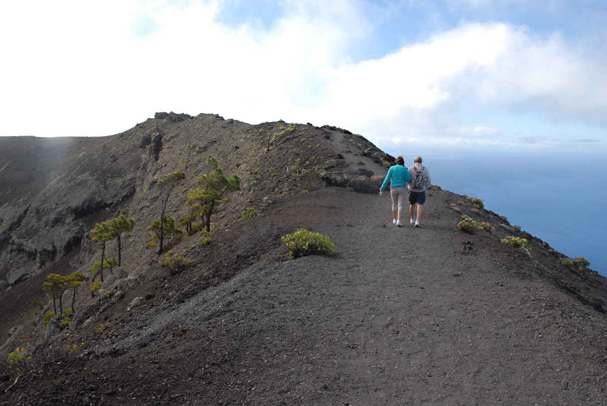 Die Wanderung auf dem Kraterrand ist für Manche beängstigend