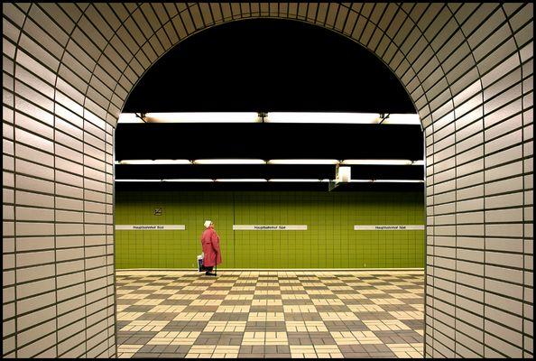 Die wartende Frau im Pinken Mantel am Hauptbahnhof Süd Bahnsteig