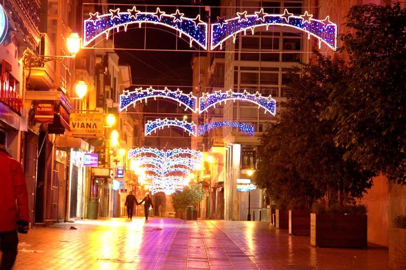 Die weihnachtlich erleuchtete Carrer San Miguel