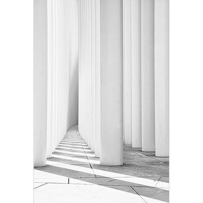 Die weißen Säulen der Philharmonie Luxemburg