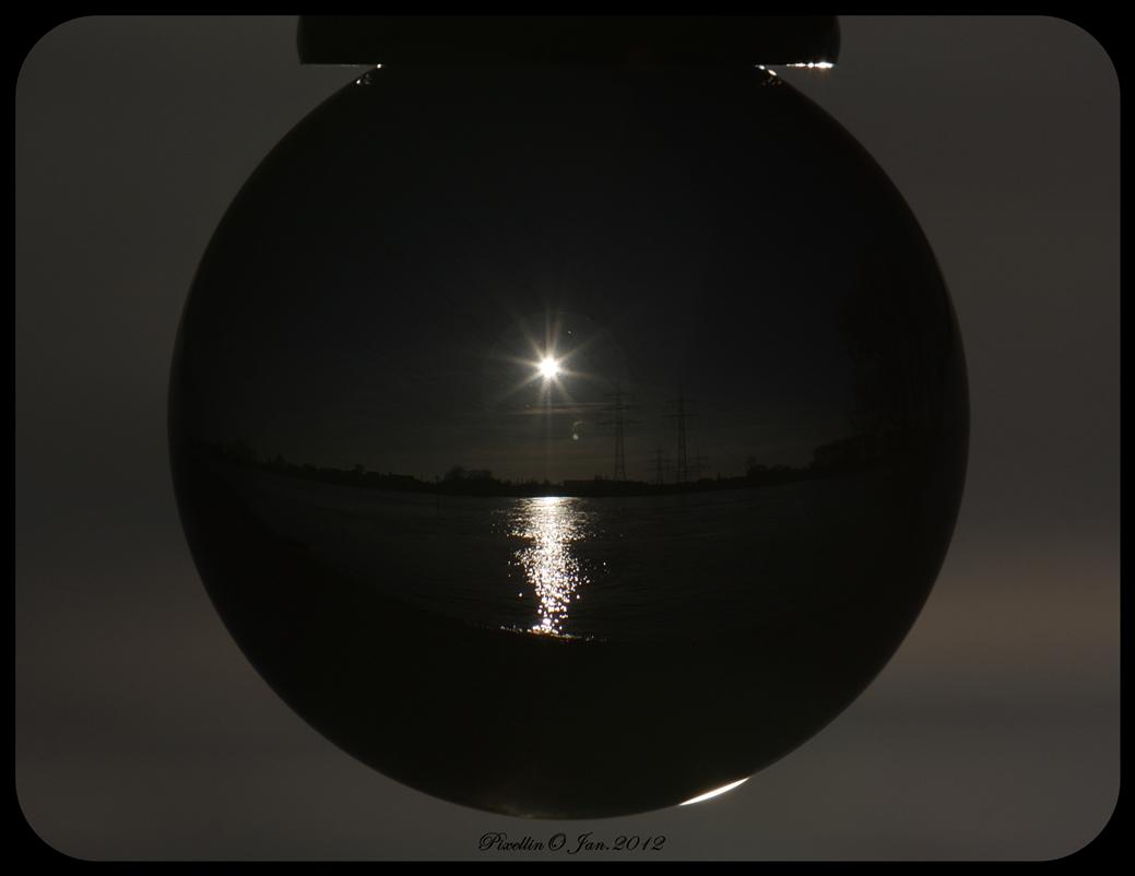 Die Welt durch eine Glaskugel gesehen IV
