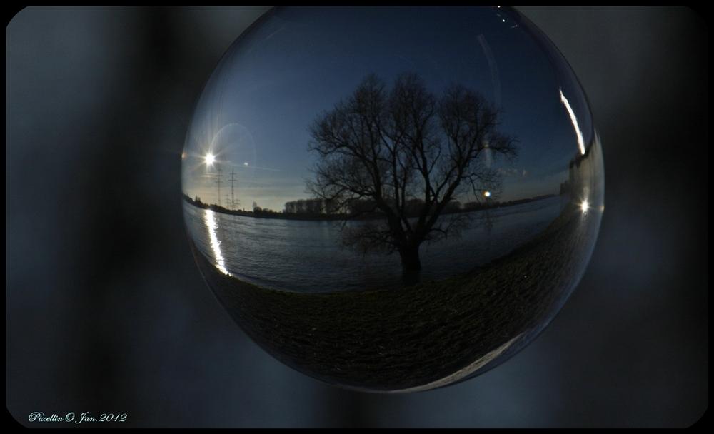 Die Welt durch eine Glaskugel gesehen VI