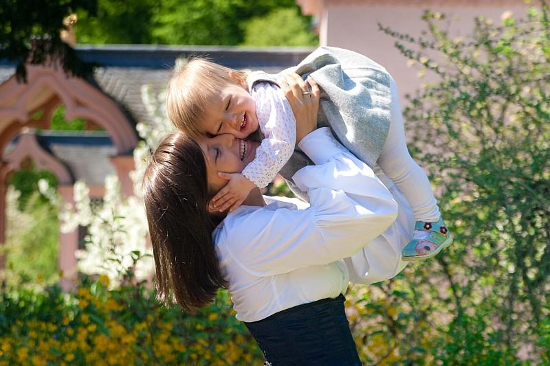 Die Zartheit zwischen Mutter und Tochter