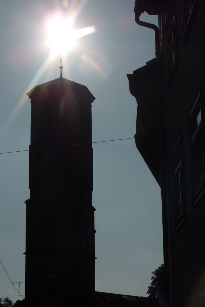 Dies ist keine Kerze.....sondern die Sonne über dem Paulskirchturm in Erfurt.