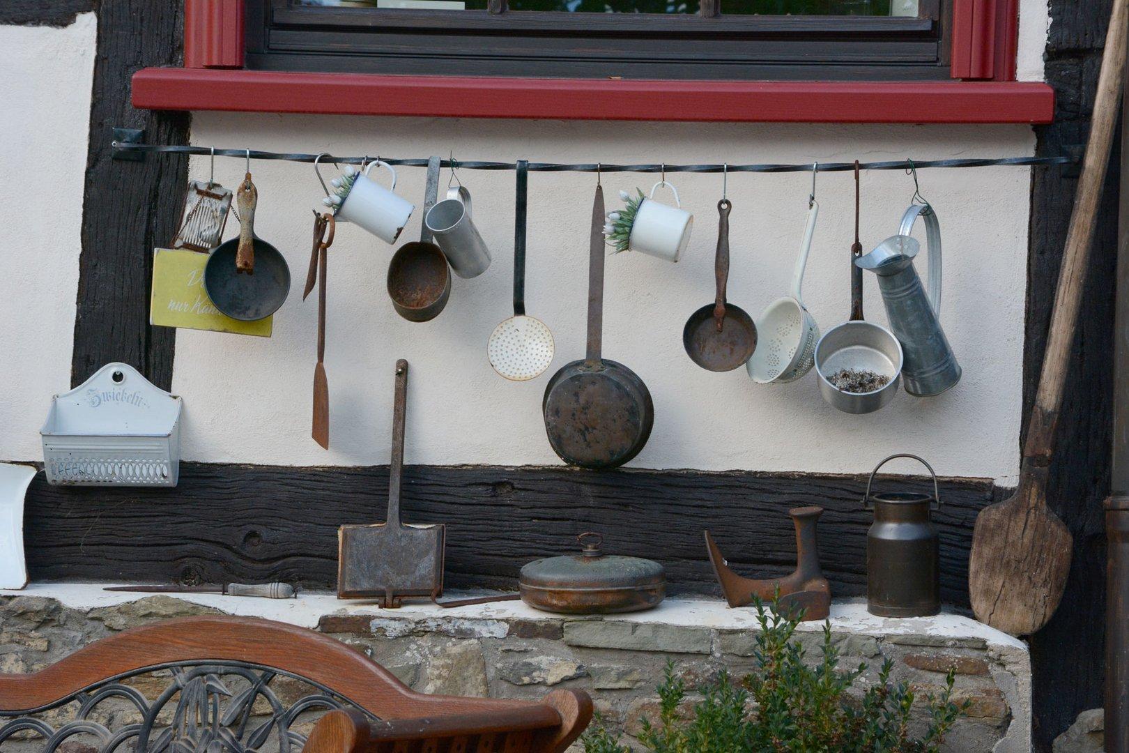 Diese alten Geräte hängen im Nachbardorf am Haus
