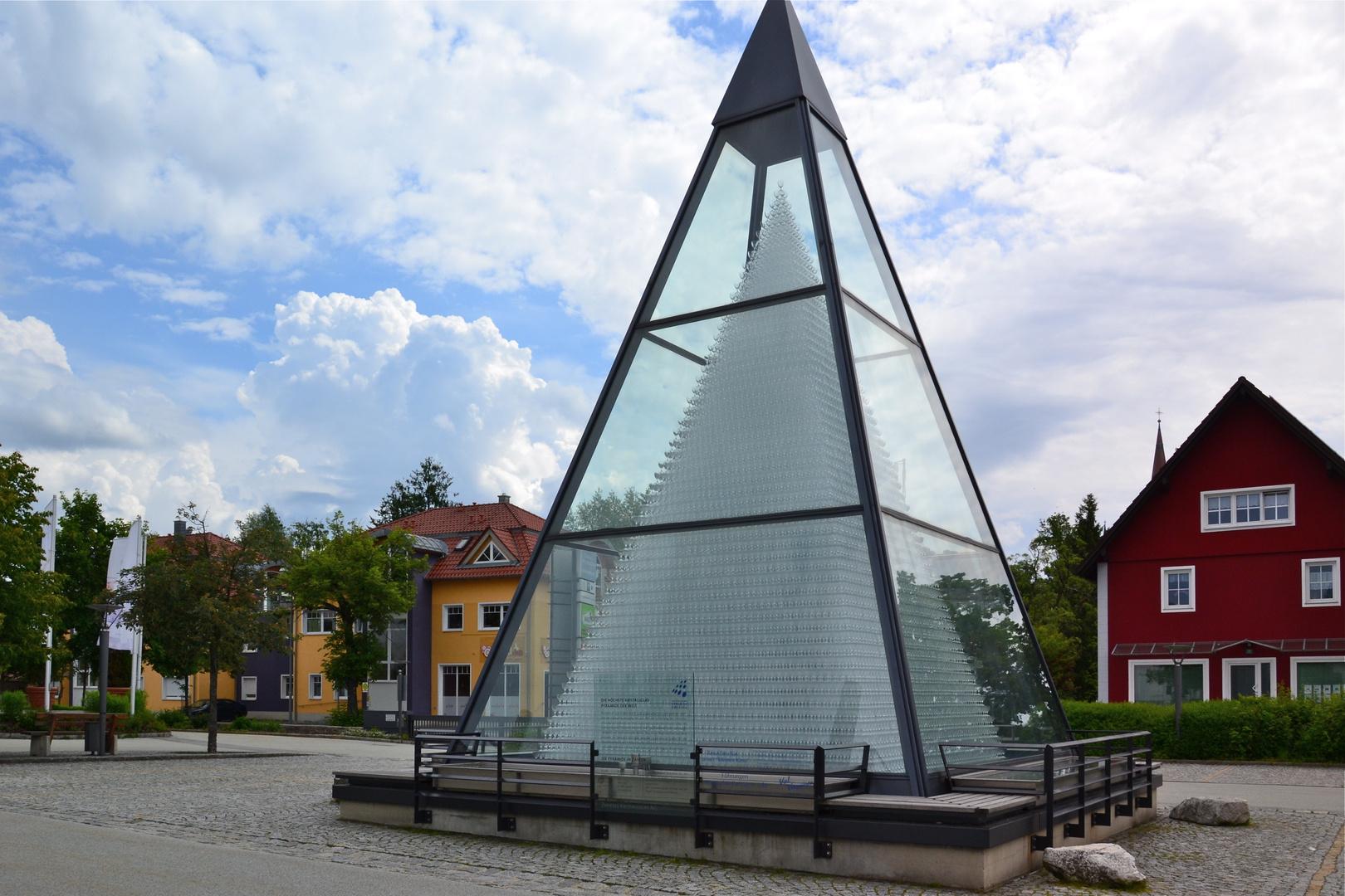 Diese Glaspyramide steht vorm Glasmuseum in Zwiesel