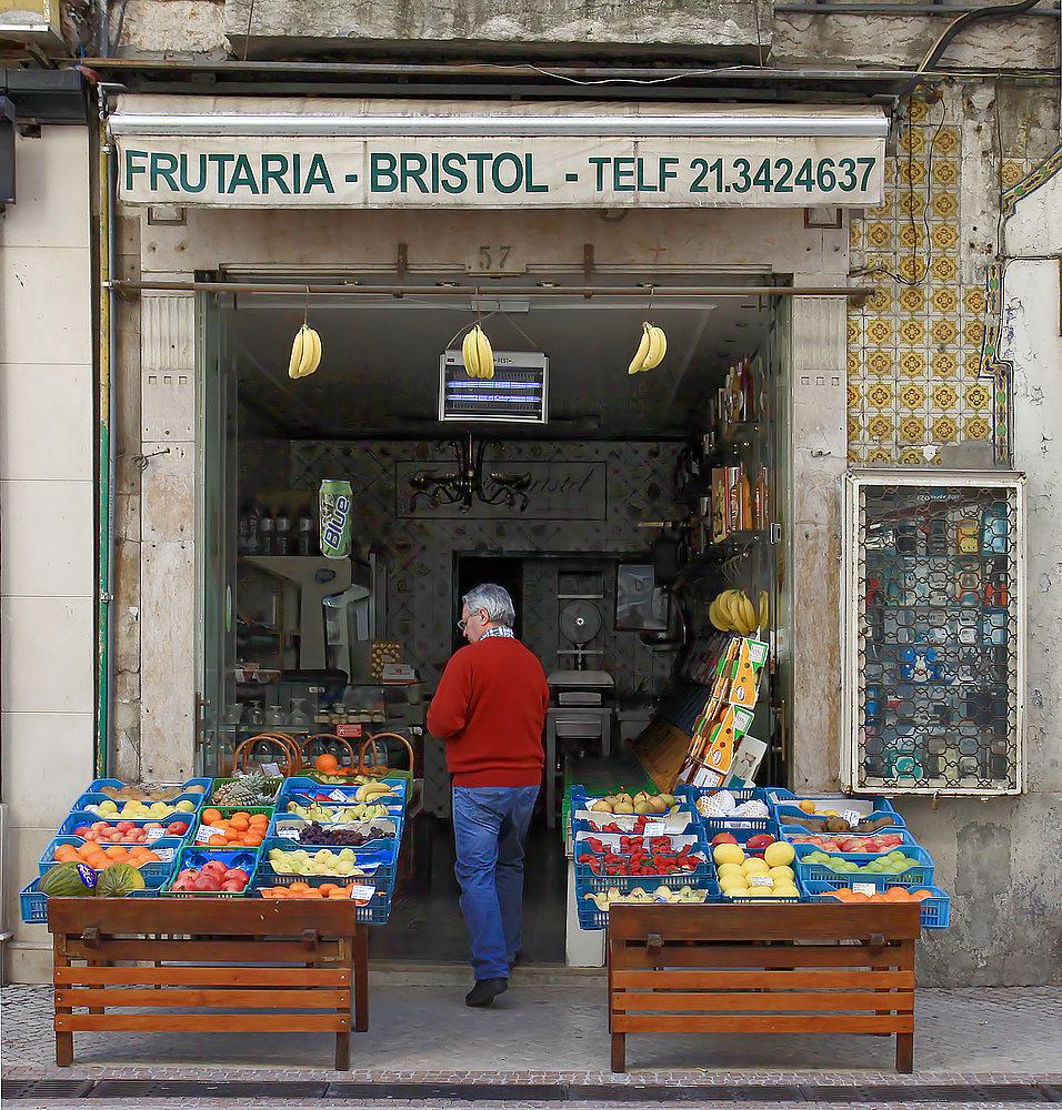 Diese kleinen Gemüse- und Obstläden gibt es viele in Lissabon...