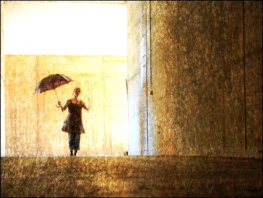Dieselbe Frau mit Schirm in anderer Pose