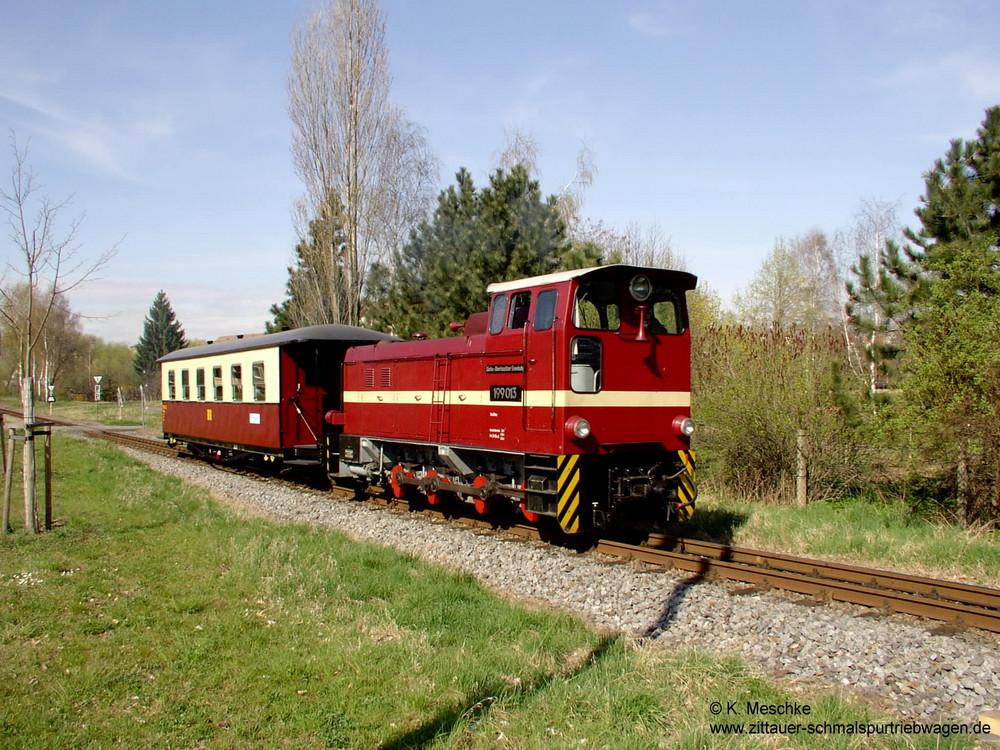 Diesellok 199 013 mit VT 137 322 Beiwagen
