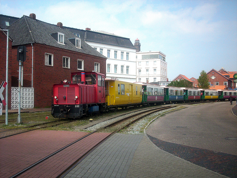 "Diesellok ""HANNOVER"" verlässt den Inselbahnhof"