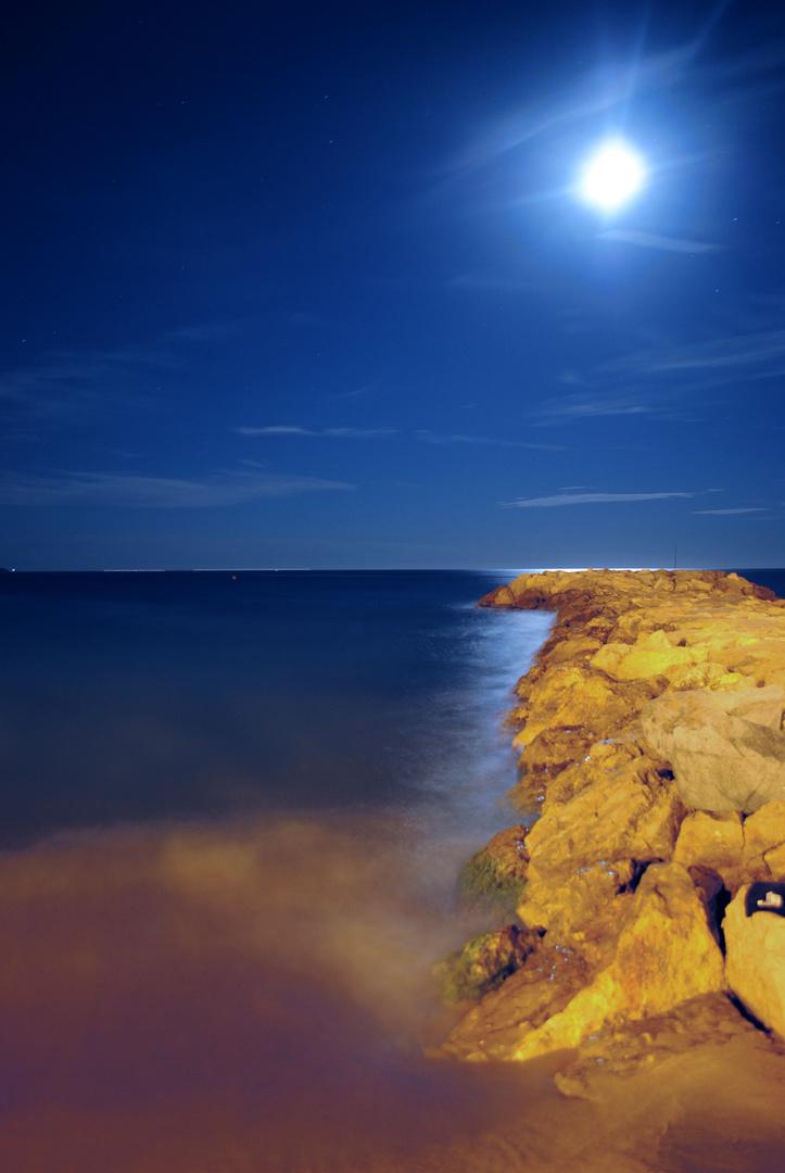 Digue de rochers au Clair de Lune