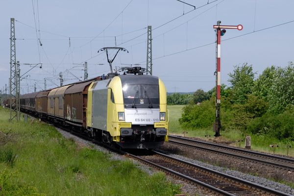Dispolok ES 64 U2 -010 mit Güterzug