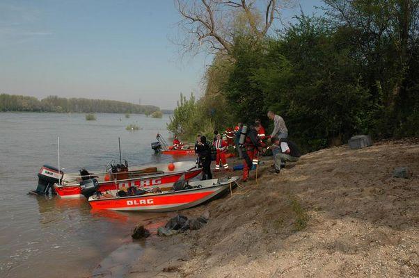 DLRG- Übung am Rhein bei Mannheim