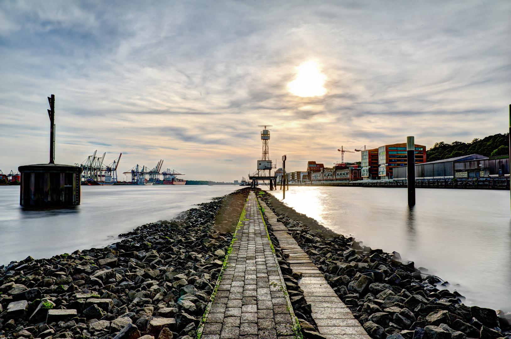 Dockland Elbradar auf Kai, Hamburg, HDR