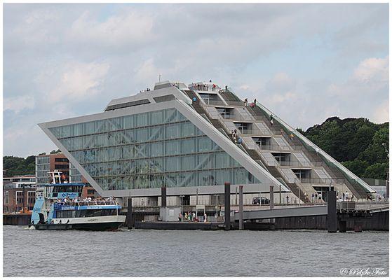Dockland von der Elbe aus