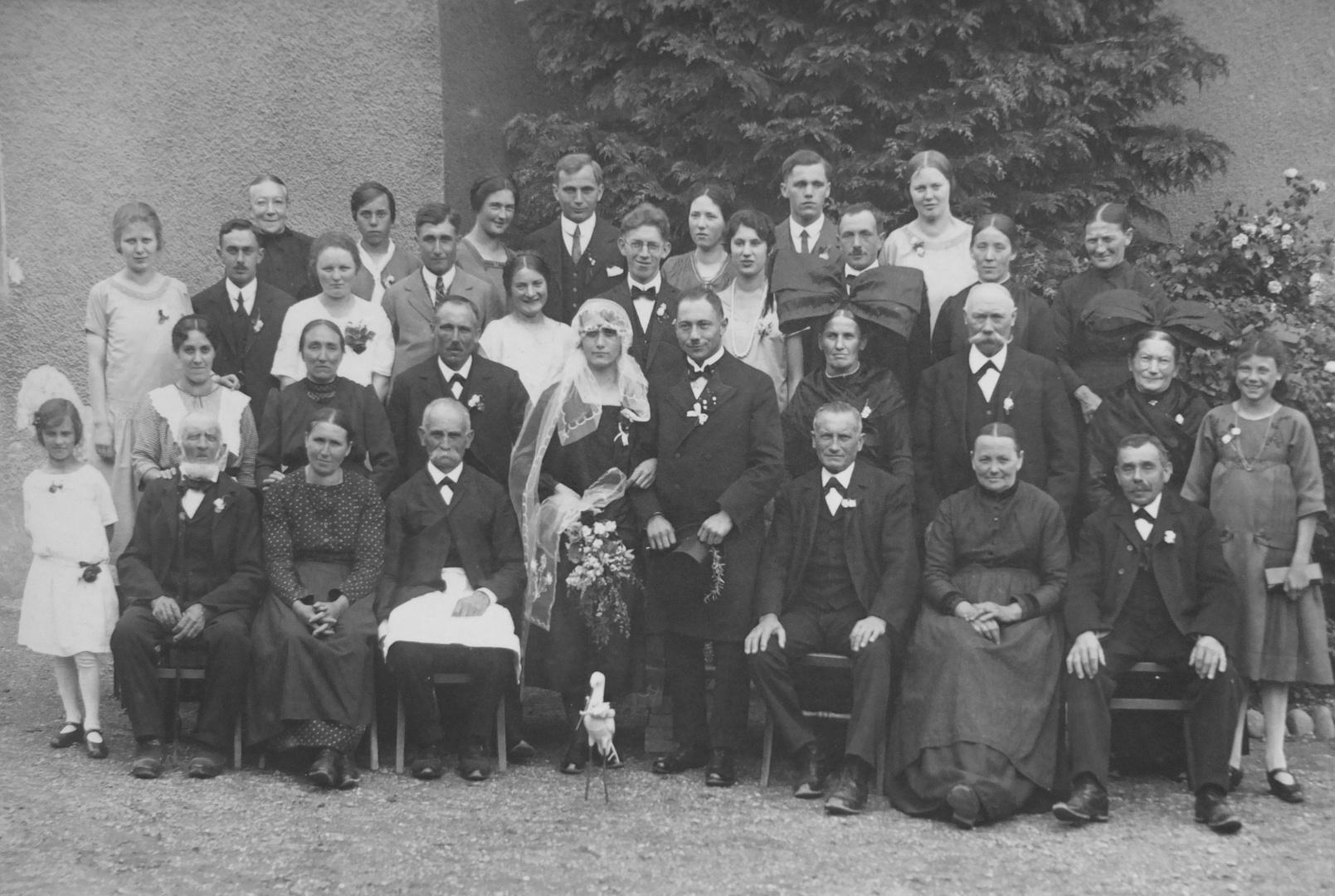 dörfliche Hochzeitsgesellschaft Ende der 20er Jahre